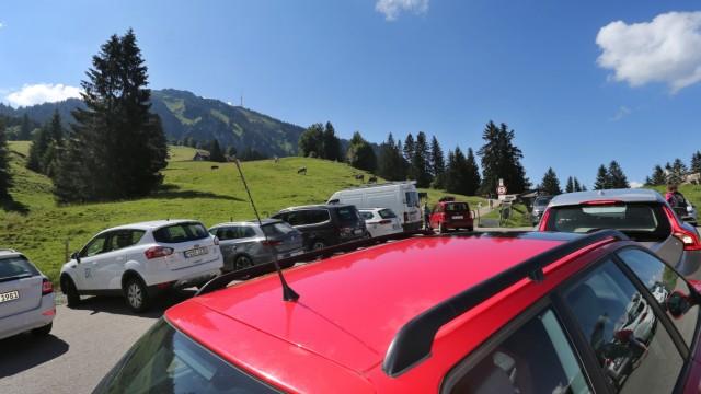 Belegter Wanderparkplatz in den Alpen