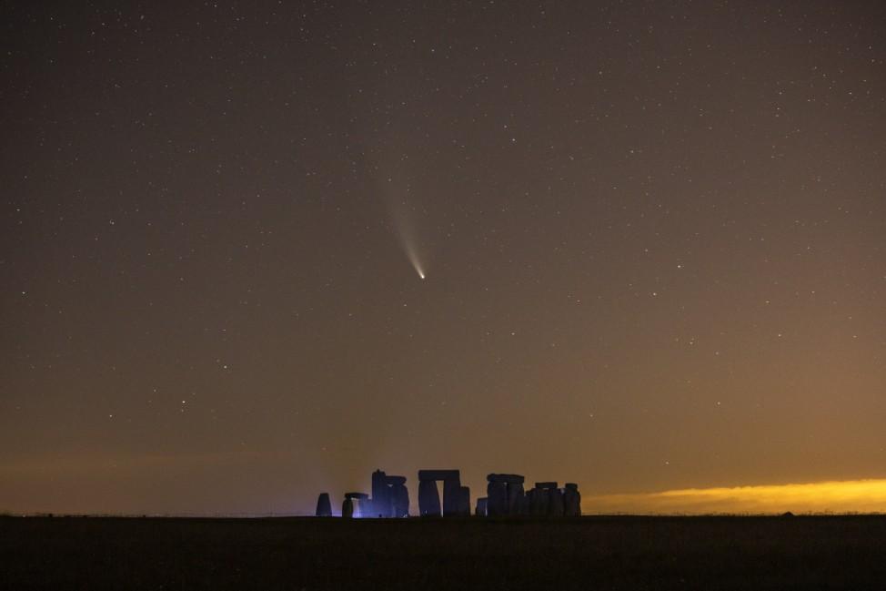 *** BESTPIX *** Comet Neowise Is Seen Over Stonehenge