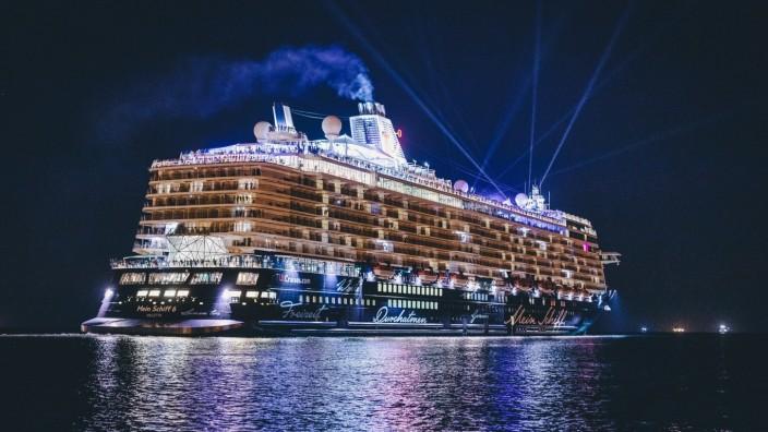 Trieste THEMENBILD - das beleuchtete Kreuzfahrtschiff Mein Schiff 6 der Reederei TUI Cruises im Hafen der Stadt in der