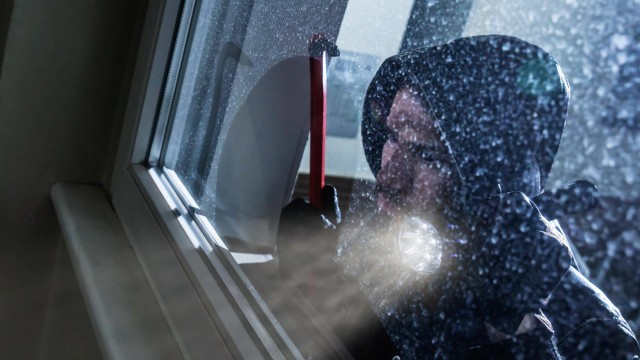 Burglar Looking Into A House Window Copyright: xAndreyPopovx Panthermedia28105371 ,model released, Symbolfoto