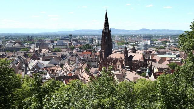 Totale der Altstadt von Freiburg im Breisgau mit Münster und Fernsicht bei schönstem Sommerwetter, Baden Württemberg, De