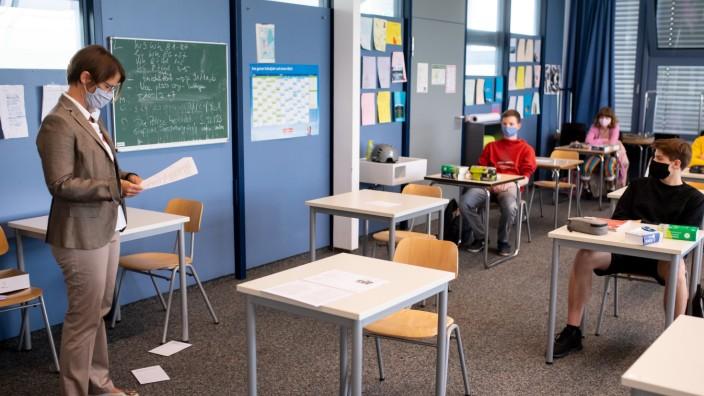 Lehrer fordern Regelungen für Corona-Schulbetrieb im neuen Schuljahr
