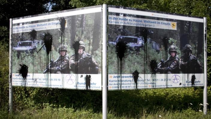 Deutschland L¸neburg beschmierte Werbeplakate der Bundeswehr 21 07 2015