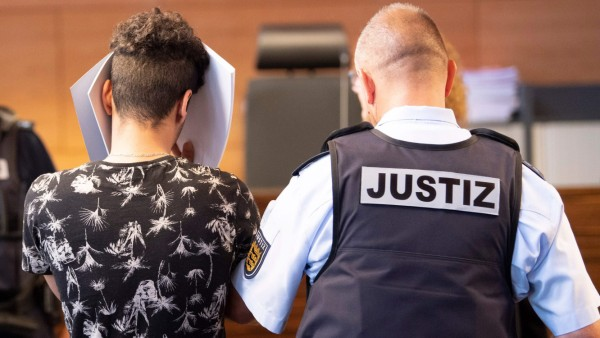Gruppenvergewaltigung in Freiburg: Angeklagter im Gerichtssaal