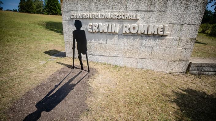 Neuer Skulptur am Erwin-Rommel-Denkmal
