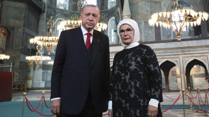 Präsident Erdoğan mit seiner Ehefrau in der Hagia Sophia.