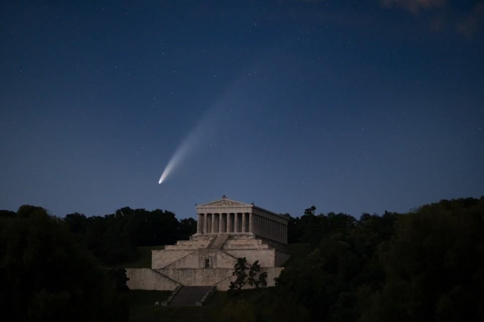 Komet C 2020 F3 (NEOWISE) über der Walhalla