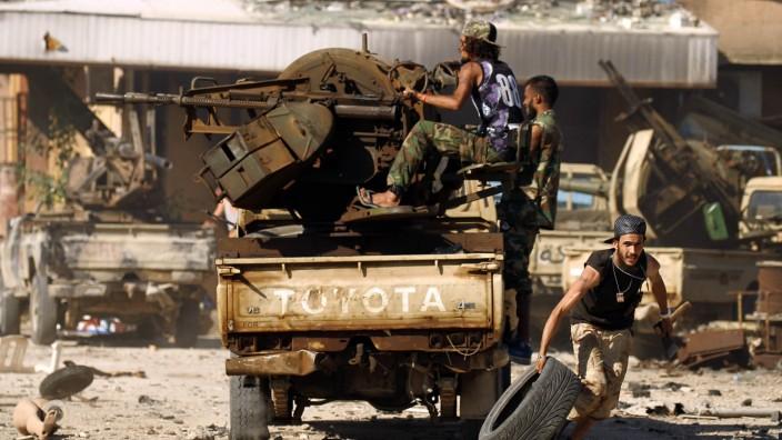 Syrien: Kampfplatz Libyen: Anhänger von General Haftar lieferten sich vor drei Jahren in Bengasi Gefechte mit Dschihadisten.