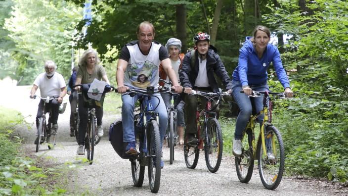 Lehrreiche Radtour bei Freising: In einer mehrstündigen Radltour hat Herbert Rudolf, der Leiter des Forstreviers Freising, der auch den Weltwald betreut, eine Gruppe die Phasen des Waldumbaus vor Augen geführt.