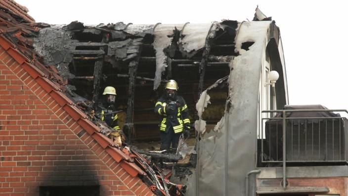 Ultraleichtflugzeug auf Wohnhaus gestürzt