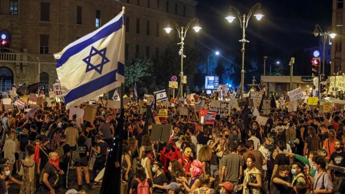 Proteste gegen Netanjahu: In der Nähe von Benjamin Netanjahus Residenz in Jerusalem demonstrierten am Samstagabend zahlreiche Menschen gegen die Politik des israelischen Regierungschefs.