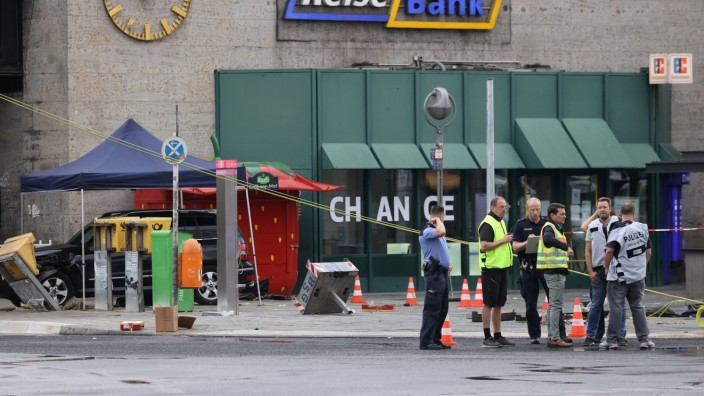 Car crashed into a group of seven people at Bahnhof Zoo train station in Berlin