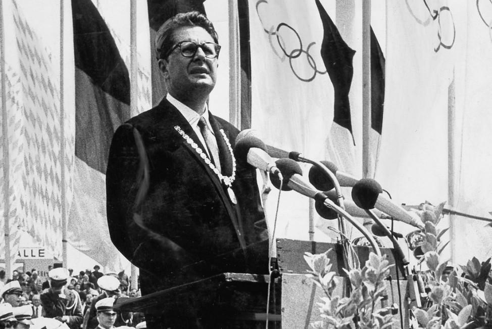 Hans-Jochen Vogel bei der Grundsteinlegung des Olympiastadions, 1969