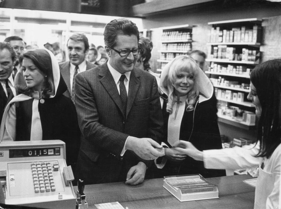 Hans-Jochen Vogel bei der Eröffnung des Stachus-Zentrums, 1970