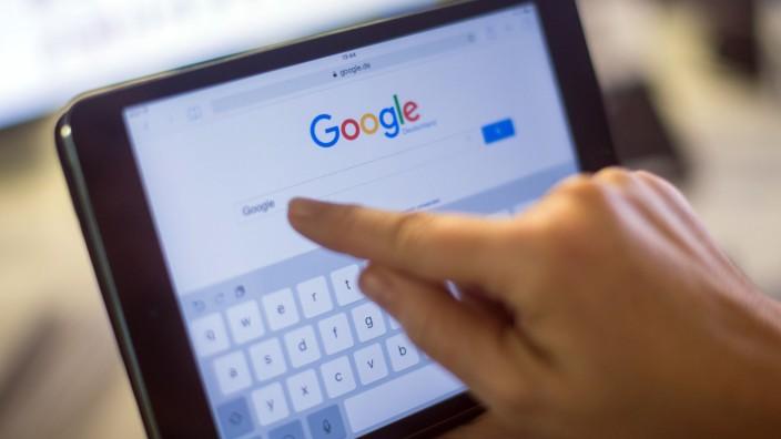 Ein User nutzt die Google-Suche auf einem Tablet