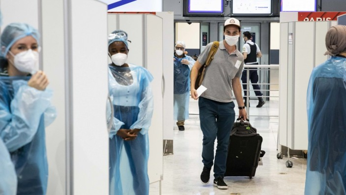 Coronavirus: Reisende am Flughafen von Paris