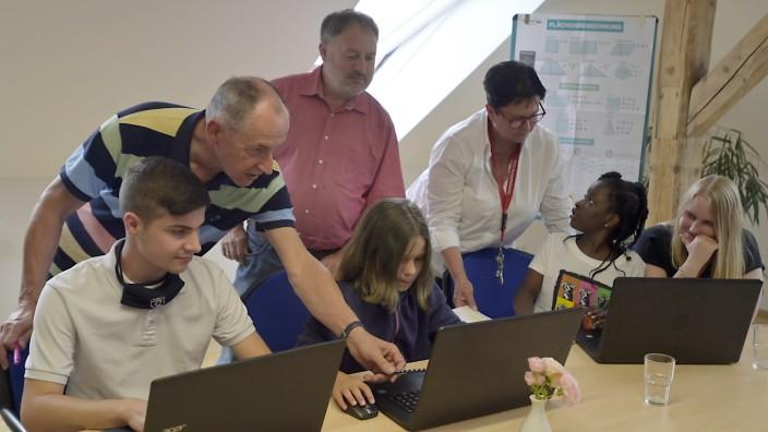 Feldkirchen: Betreuer und Jugendliche sowie Kinder im Kinderheim