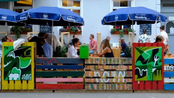 Palettenhype: Es war einmal ein Palettenzaun, mit Zwischenraum, hindurchzuschaun: Freischankfläche im Münchner Glockenbachviertel.
