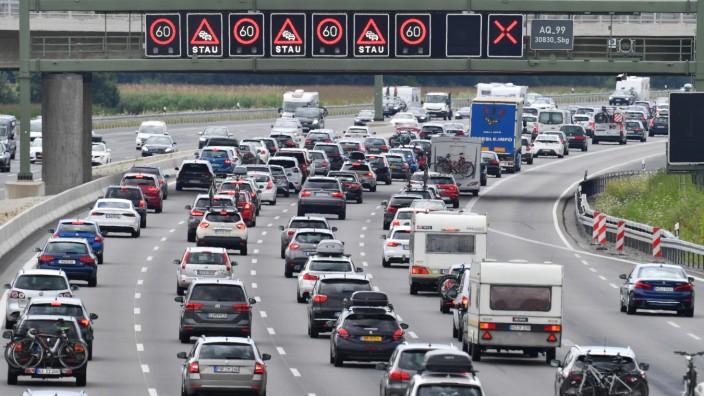 Autobahn A99 am 25.07.2020 nach Beginn der Sommerferien in Bayern und Baden-Wuerttemberg. Dichter und stockender Verkehr