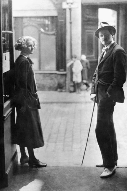 """Westend: Die Buchhändlerin Sylvia Beach (links) war es, die das verlegerische Abenteuer einging, James Joyce' (rechts) Jahrhundertroman """"Ulysses"""" 1922 erstmals zu publizieren. Er dankte es ihr, indem er später lukrative Verträge mit anderen Verlagen einging. Der Pariser Buchladen """"Shakespeare and Company"""" von Beach war ein literarischer Hotspot."""
