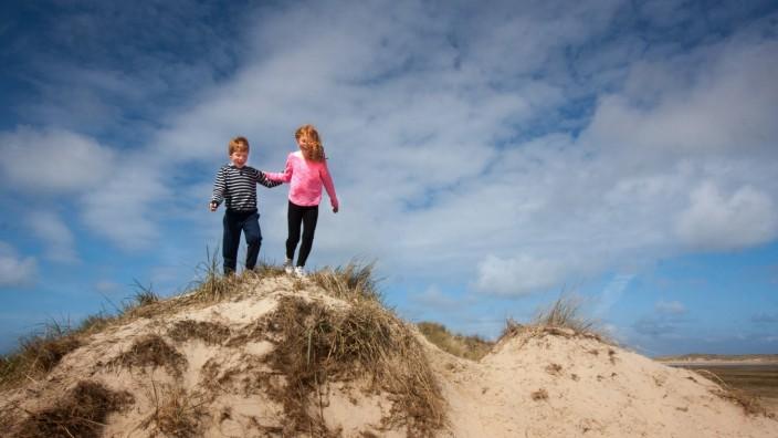 zwei Kinder in den Duenen auf Texel Niederlande Texel De Slufter two kids in the dunes on Texel