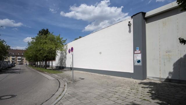SZ-Serie: Meter für Meter: Die Mauern des Männerknastes sind trist grau.