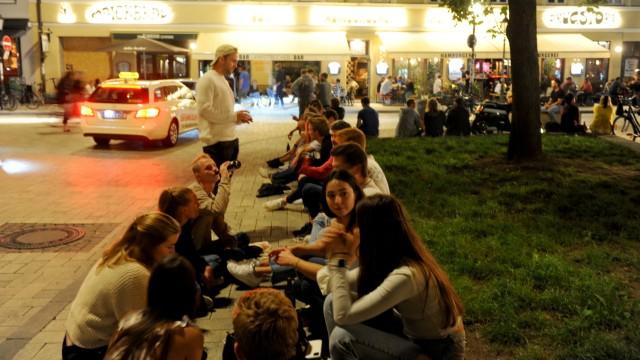 Feiernde am Wedekindplatz in München