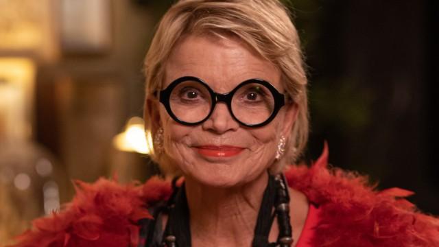 """Uschi Glas, 1944 in Landau an der Isar geboren, machte Mittlere Reife und war Buchhalterin sowie Sekretärin, bevor sie 1965 die erste Filmrolle spielte und erst danach Schauspielunterricht nahm. 1968 wurde sie als Barbara in """"Zur Sache, Schätzchen"""" bekannt. Es folgtenErfolgsserien und Filme, darunter """"Fack ju Göhte"""" - sie war in zehn der 100 erfolgreichsten deutschen Kinofilme zwischen 1966 und 2017 zu sehen.Ihr Verein """"Brotzeit"""" versorgt mehr als 10 000 Schulkinder mit Frühstück."""