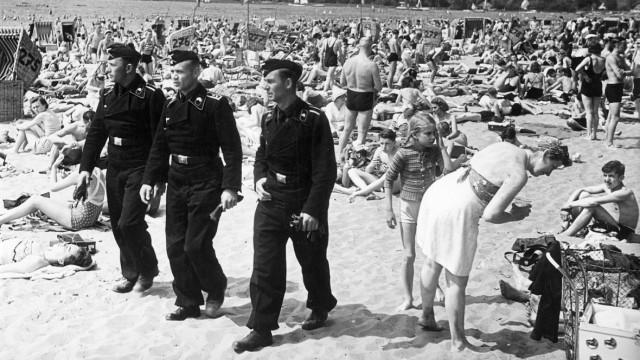 Deutsche Soldaten am Strand des Wannsees, 1940