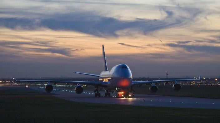 Boeing 747 auf der Startbahn am Frankfurter Flughafen in der Abenddämmerung (iblmmx00317406)