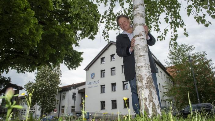Pullach, Rathaus, Susanna Tausendfreund, BM, vor dem Rathaus,