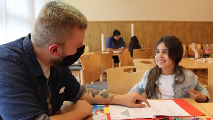 Izabella, Schülerin an einer Sommerschule in Gütersloh, mit Lehramtsstudent Paul Sperber