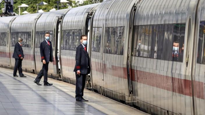 Deutsche Bahn Coronavirus Berlin, DEU, 27.05.2020 - Zugbegleiter der Deutschen Bahn tragen Gesichtsmasken am Bahnsteig