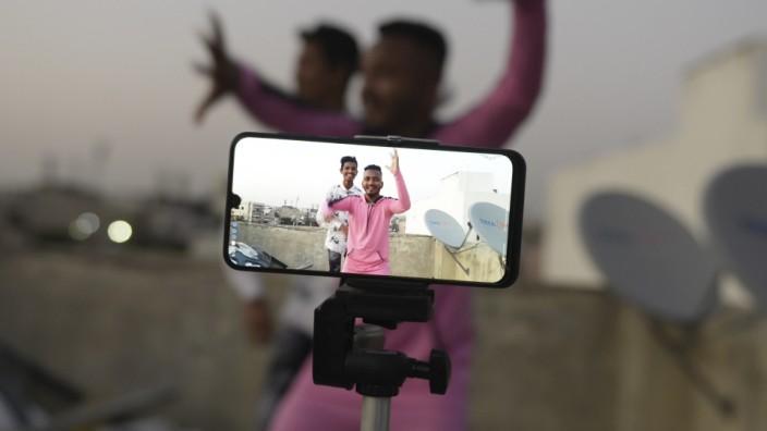 Mögliche Tiktok-Übernahme: Jugendliche tanzen vor der Handykamera.