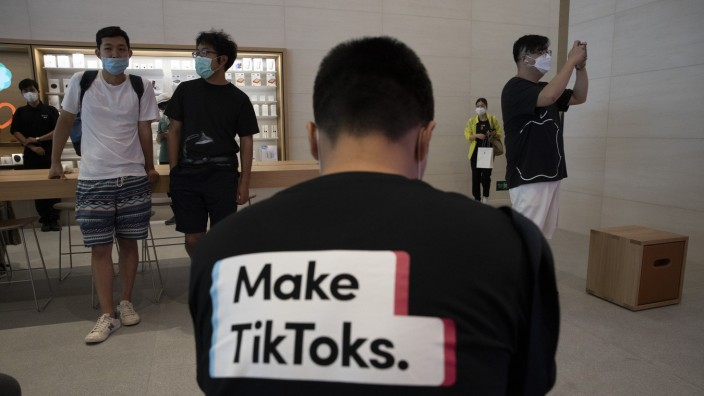 Social Media: Ein Mann trägt in einem Apple-Geschäft in Peking Tiktok-Werbung auf seinem T-Shirt.