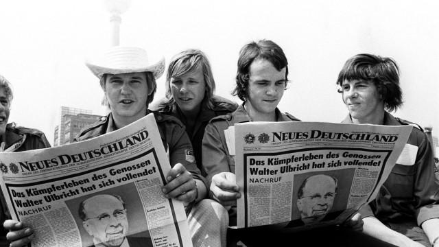 """Journalismus: FDJ-Mitglieder lesen im """"Neuen Deutschland"""" vom Tod Ulbrichts."""