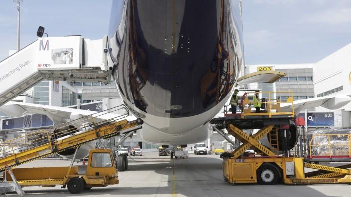Beladung eines Flugzeugs am Flughafen in München, 2020