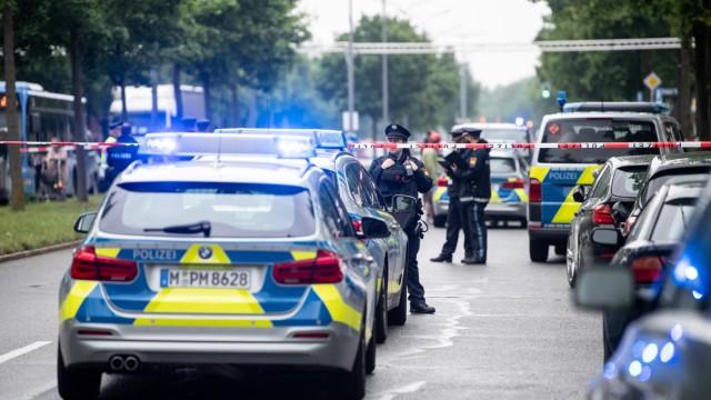 Auto fährt in München in Menschengruppe
