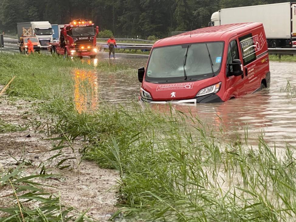 A8 gesperrt und überflutet