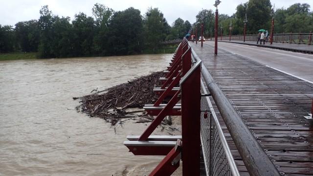 Isar, Thalkirchen, Tierparkbrücke, Hochwasser Meldestufe 2 (ab Pegel 300 cm) am 12 Uhr am 4.8.2020 überschritten; Tierparkbrücke offen - und Beobachtungsplattform für Schaulustige auf riesige Treibholzteppiche, die sich oberhalb der Brücke sammeln