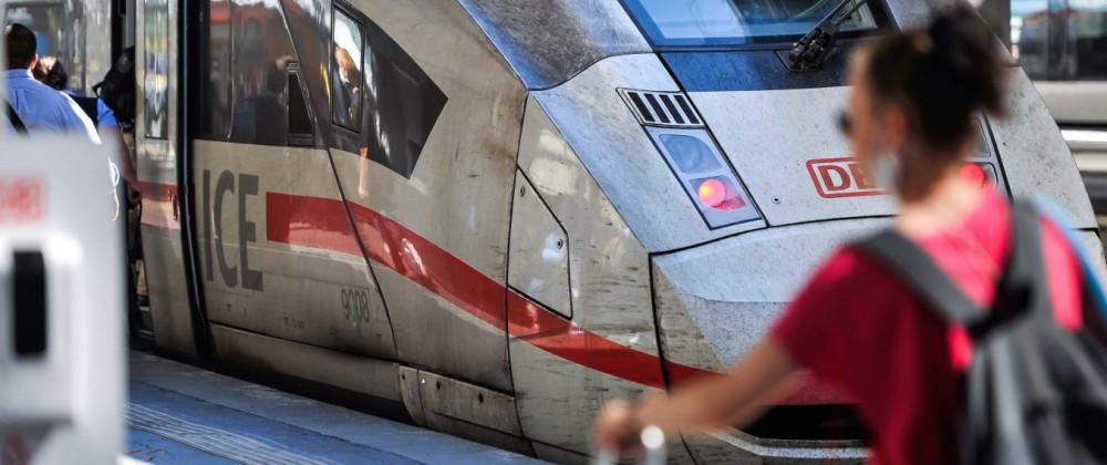 In Urlaub mit dem Zug fahren. Reisen in Corona Zeiten. Fahrgäste am Hauptbahnhof Stuttgart, die in den Ferien mit dem Zu