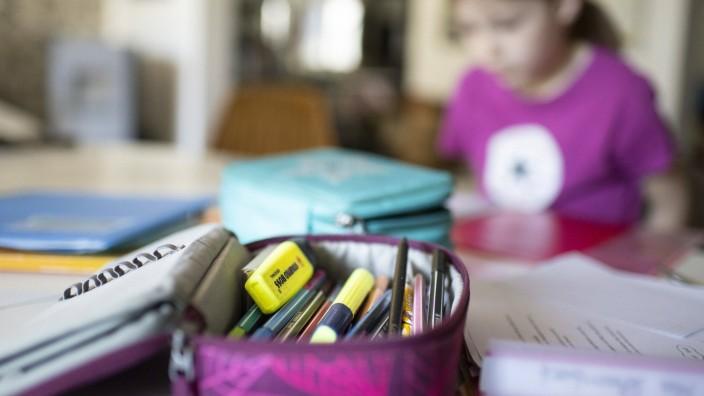 Thema: Homeschooling, Hausarbeiten, Schulaufgaben. Ein Maedchen im zweiten Schuljahr uebt zu Schreiben. Bonn Deutschland
