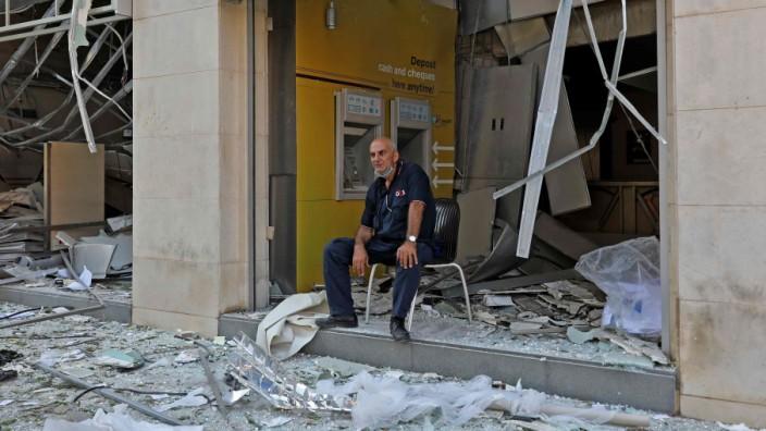 Libanon: Ein Mann vor einer zerstörten Bank in Beirut.