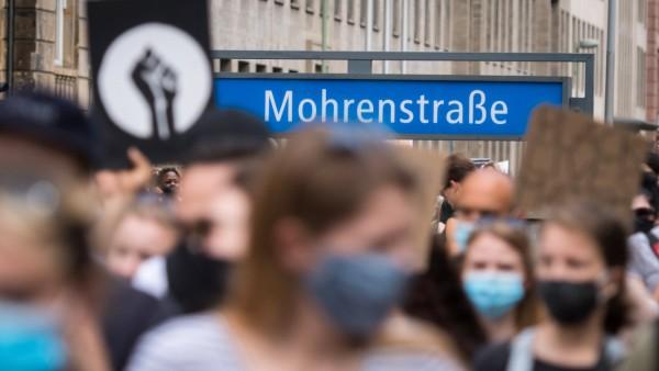 News Bilder des Tages Berlin, Nein zu Rassismus -Demonstration Deutschland, Berlin - 04.07.2020: Im Bild ist die Nein zu
