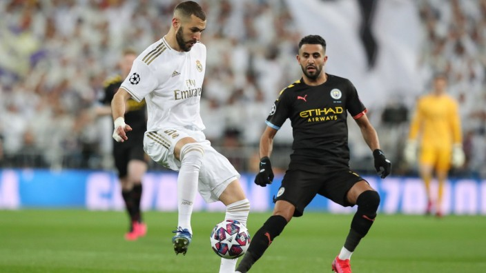 February 26, 2020, Madrid, Spain: MADRID, SPAIN - 26 FEBRUARY: Karim Benzema of Real Madrid CF controls the ball under p