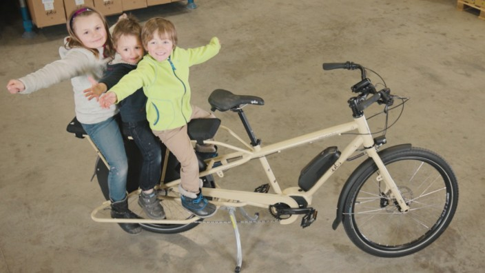 SZ-Serie Lastenräder im Familientest: Beim Yuba Mundo Steps sitzen die Beifahrer auf der langen Bank.