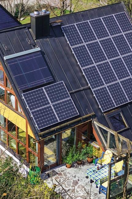 Energiewende: Mit seinen weit heruntergezogenen Dächern im 45-Grad-Winkel ist das Sonnenenergiehaus schon aus architektonischer Sicht ein markantes Gebäude. Viel Holz schafft auch im Innenausbau eine behagliche Atmosphäre.