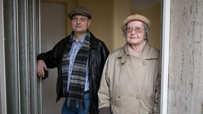 Vermieter Lilly Duhse (Mutter) und Ramon Duhse (Sohn) an der Eingangstüre Wohnhaus Hohenzollernstr. 128.