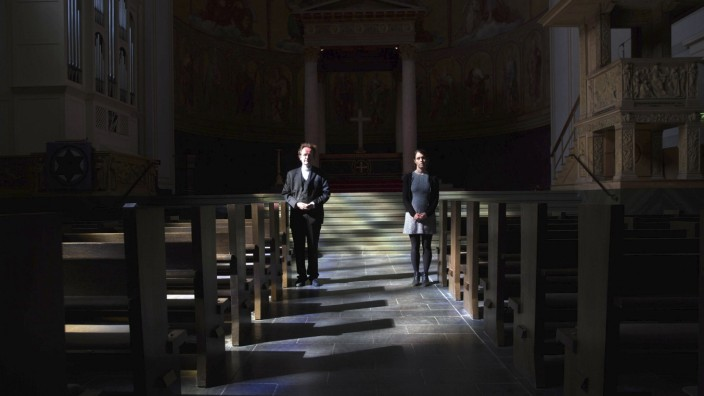 News Themen der Woche KW15 News Bilder des Tages Die Pfarrerin Aline Seel und der Pfarrer Matthias Miele begehen den Kar