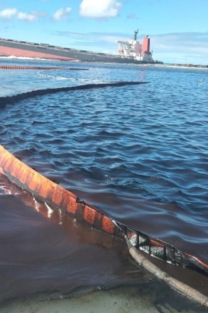 Schiffsunglück: Ölsperren sollen verhindern, dass sich der Ölteppich weit ausbreitet.